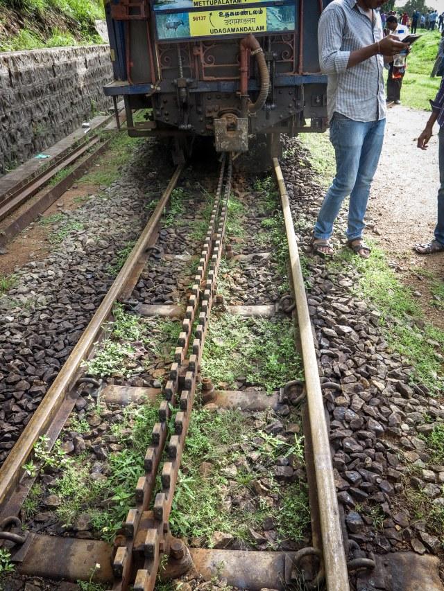 Rack rail